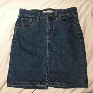 Blå jeans kjol, har använt den en gång på en skolavslutning.