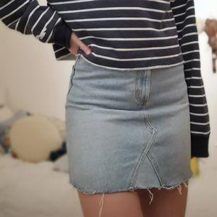 Använd ett fåtal gånger. Inget fel på den nästan som ny! Bra kvalité jeans material. 100% bomull.