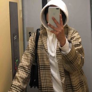 Jätte fin lång och rutig kappa från Weekday. Säljes då jag knappt får användning för den🧚🏽 (frakten ingår)