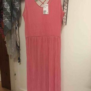 Rosa långklänning ny oanvänd fr H&M i jätteskönt tyg till sommaren. Kostade 299:- nu 100