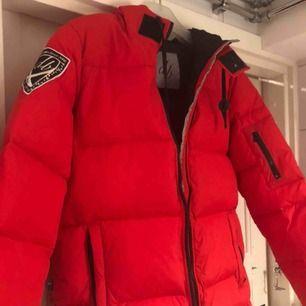 Nästan oanvänd röd vinterjacka i från d.brand, otroligt varm. Storlek M. Originalpris 1999kr,