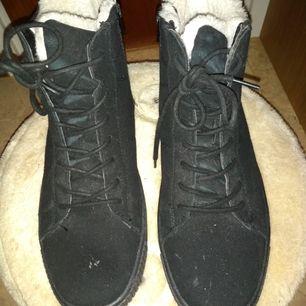 Skorna är i nyskick, har använt dem ett fåtal gånger. Finns en liten skada på ena skon. Skorna har ca 4 cm platå, är fodrade och stängs med dragkedja. Små i storleken, så kan säkerligen passa någon som har storlek 40-41 också.