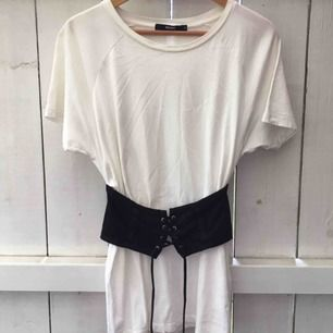 Säljer en lite längre vit t-shirt med en inbyggd svart korsett från BikBok. Bara använd en kväll.