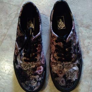 Helt nya sneakers från Vans. Skorna är i sammet. Har endast provat skorna inomhus, sen har det enbart stått i garderoben.