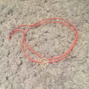 Ett choker liknande halsband, som går att styla på många olika sätt:))) köparen betalar frakten