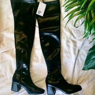 Thigh high boots från Monki i strlk 38. True to size. Djupsvarta och bekväma. Oanvända (kommer med tags). Säljes pga fel storlek (dom som är på första bilden är mina egna i strlk 37 då jag beställde båda för att veta exakt). Kan mötas upp eller frakta!