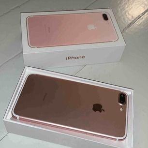 """En rosa iPhone 7 Plus i bra skick med endast lite ytliga """"repor"""" på skärmen, men som knappt syns. Laddare ingår inte men du kan få med ett leopard skal."""