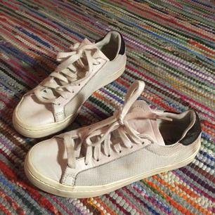 Säljer ett par härligt sletna ljusrosa sneakers från Adidas🌸 De är välanvända & missfärgade (därav priset) men har fortfarande mycket kvar att ge.