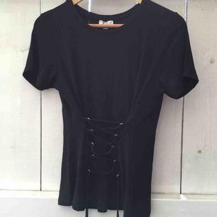 Säljer en as ball svart t-shirt med en inbyggd korsett. Den är helt oanvänd & är i storlek M men passar även en S.