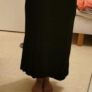 Fin svart kjol, använd 2 gånger. Jag är 160 cm. Frakt tillkommer