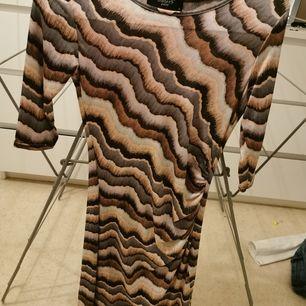 Snygg kläning aldrig använd. Frakt tillkommer
