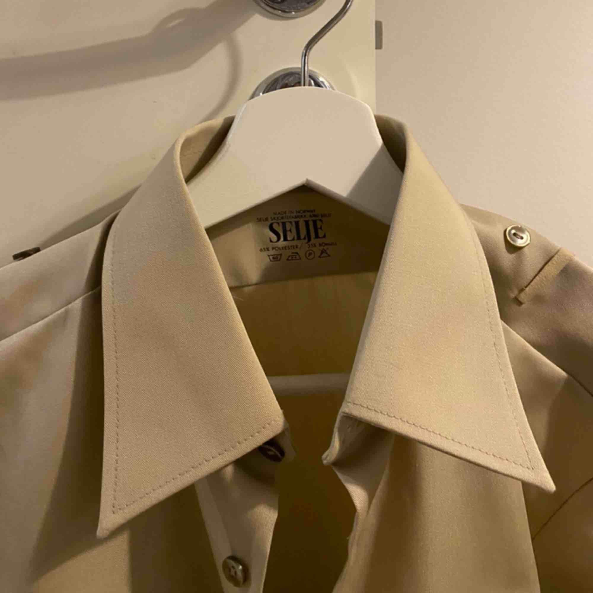 Beige skjorta, knappt använd så i fint skick.63 kr frakt.. Skjortor.
