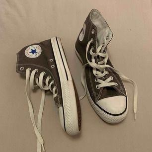 Ett par gråa äkta Converse i storlek 40 knappt använda!