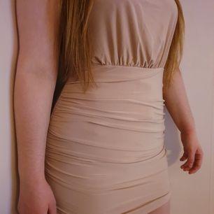 Halterneck klänning i skönt material 🌟 Det är storlek L men passar säkert även M och S eftersom den är stretchig 🤔 Alltså en liten L skulle jag säga 😊 Frakt tillkommer!