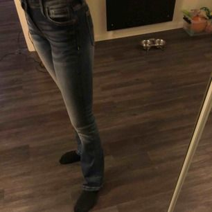 Ett par jättefina blåa boot cut jeans från crocker. Storlek 25 Waist och 31 length. Har dock sytt upp dom så de passar perfekt på mig som är 165 cm lång. Säljer pga. har två likadana. Använd 3-4 gånger Frakt tillkommer