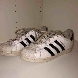 (Ganska smutsiga) adidas skor MEN går enkelt att tvätta av om man har mer ork än mig haha.. ☺️
