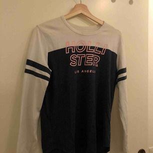 Långärmad Hollister tröja i storlek S, använd max 5ggr. Den är knottrig (se bild 2) pågrund av tvätt men kan lätt tas bort med knottmaskin (gör jag innan den köpes). Kan även gå ner i pris då jag annars skänker till röda korset ☺️💗💖