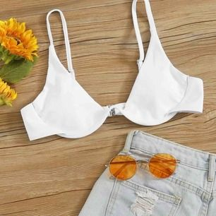 Säljer denna vita bikiniöverdel! Säljs pga att den ej passar:((( helt ny och aldrig använd, kan fraktas och mötas i Sthlm! (Den är vit men hota ingen bild på hur den vita satt på)