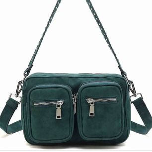 Intressekoll på min älskade noella väska !!!!! som tyvärr inte kommer till användning längre ! Änvänd 3 gånger och är i super skick ! Buda från 250kr :))) hör av er vid frågor