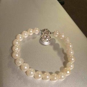 HEMMAGJORT PÄRLARMBAND✨ Stelt armband (böjbart) med pärlor och berlock.