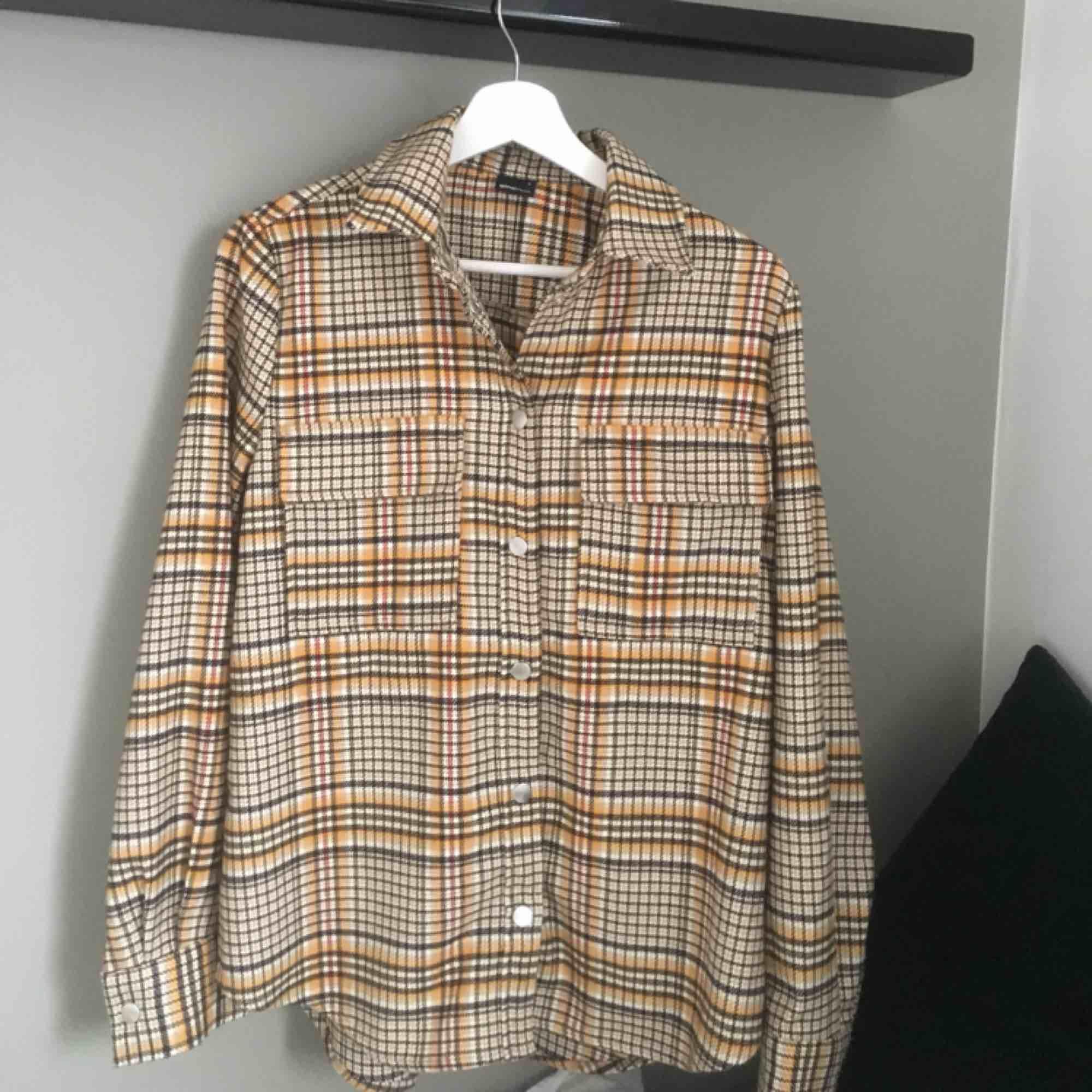 Snygg rutig skjorta/jacka som är slutsåld på Gina Tricots hemsida, köpt för 500kr. Den är endast provad! Köperan står för frakten:). Skjortor.