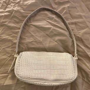 Den populära väskan från Nelly! I bra skick förutom att den är lite grå på kanterna (se bilder)! Frakt tillkommer på 40kr! 🥰🥰