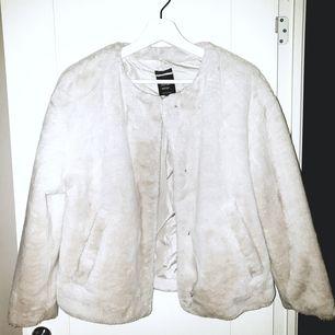Jacka i fuskpäls från Zara, lent fint material. Bara testad hemma
