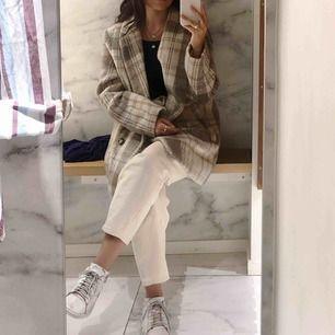 INTRESSEKOLL på mina älskade vita Row jeans från weekday i storleken W:24 L:26, passar mig helt perfekt som är 155cm