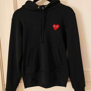 Börjar om budgivningen på denna hoodie! Svart hoodie från cdg❤️ Självklart äkta! Köpt för 2300kr på Farfetch! Knappt använd. Är i storlek S men passar även XS! Köparen står för frakten som kommer vara på 63kr! Budgivningen börjar på 800kr🥰