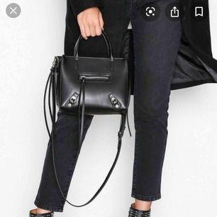 Söker!! Är det någon som säljer denna väskan??? Zip bag från Nelly UNDER 200kr Snälla hjälp !!!!