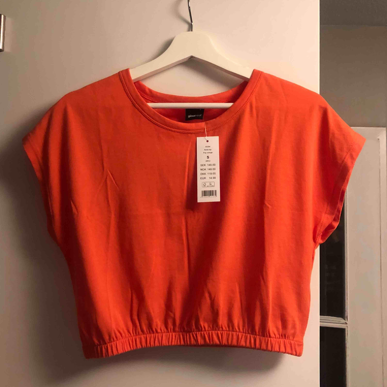 Priset är inkl frakt :) cool tshirt från gina med resår i midjan . T-shirts.
