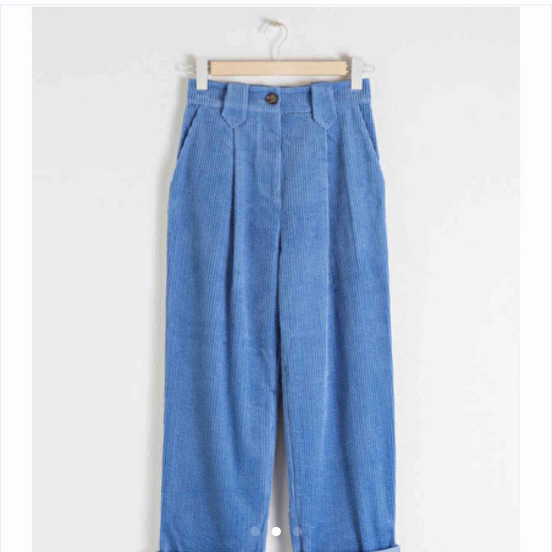 Fina manchesterbyxor från &otherstories! Använda endast en gång så i princip i nyskick! Nypris 790kr. Jeans & Byxor.