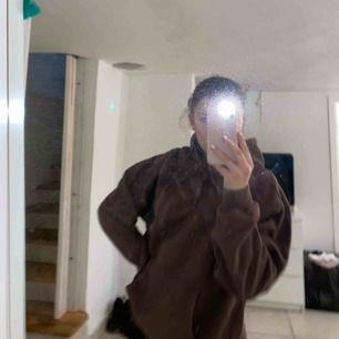 En brun hoddie ifrån soc i storleken M. Inte blivit använd då de inte är min färg men ändå cool. Inga märken eller så, möts upp i stockholm eller frakt (betalas själv)<3 hör av dig vid intresse