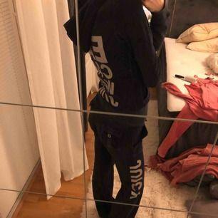 Juicy couture set velour hoodie byxa mjukisdress Passar 34-36. Två fickor där sömmen lossat så behöver sys till. Ett litet jack i ena mudden.
