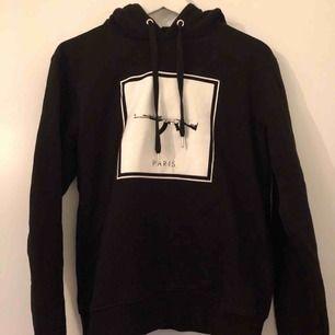Defend Paris hoodie i mycket fint skick stl small