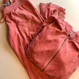 Juicy couture set velour mjukisar hoodie och byxa passar 34-36. Fint skick lite slitet tryck
