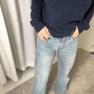 En par super fina utsvängda jeans från mango i storlek 34. Är uppsydda så de passar mig som är 164 cm lång. Hör av dig om du vill ha fler bilder😊
