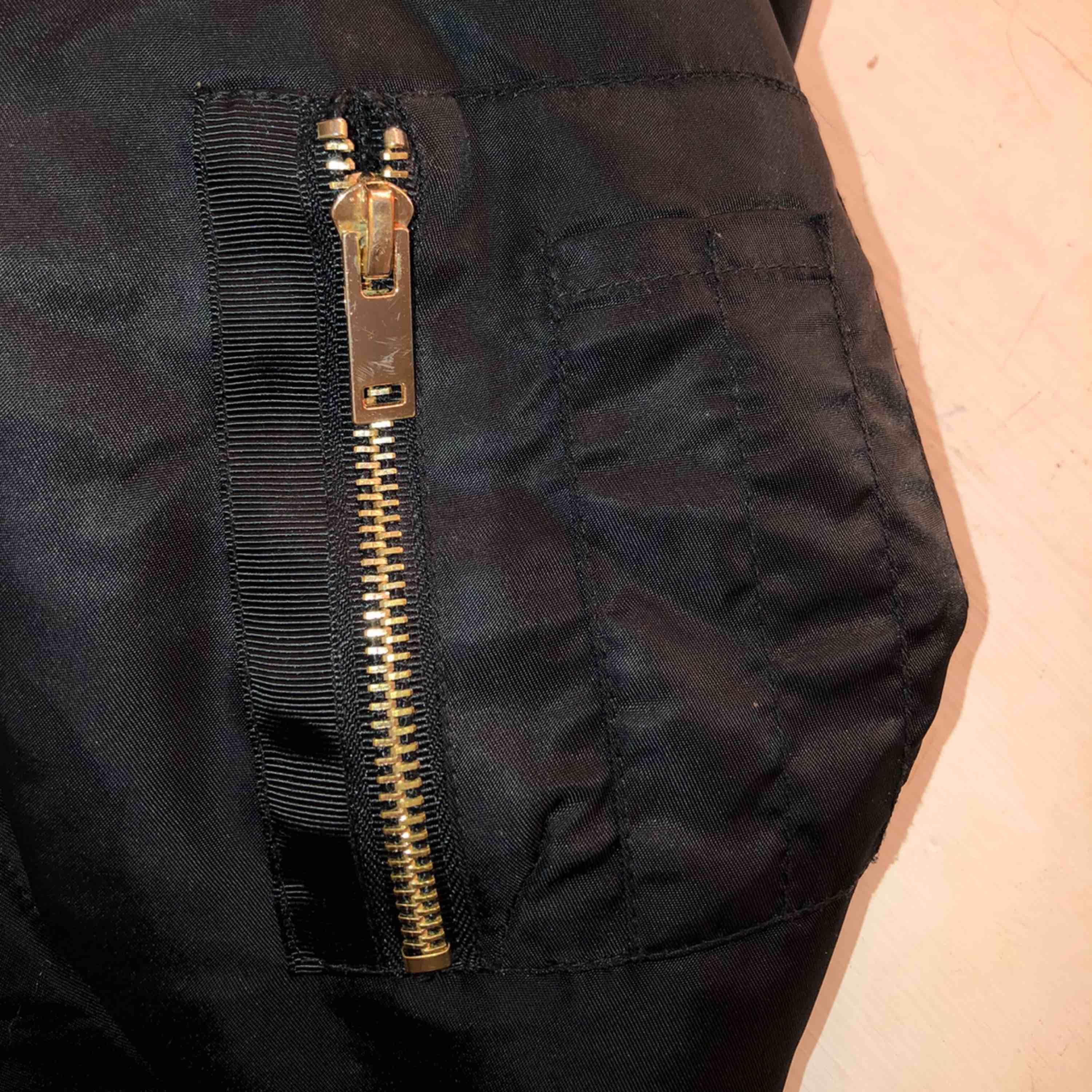 Skitsnygg lite längre bomberjacka som jag säljer på grund av att den inte används🥰 inte använt många gånger innan heller så inte sliten över huvud taget, frakt tillkommer och jag står ej för strul i frakten.. Jackor.