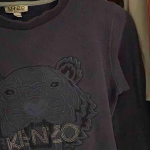 Säljer en mörkblå kenzo tröja som passar xs/xxs äkta den säljs pga för lite