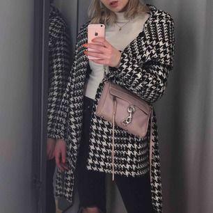 Säljer en trendig mönstrad kappa med luva från New Yorker! Nyskick!