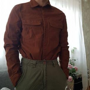 Beige brun skjorta från H&M, köpt kring 2017. Använd men den har mest legat i källaren. Dock är den skit cool och väldigt användbar. Bra för en neutral/höstig stil.