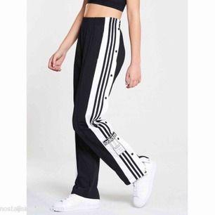 Säljer mina sparsamt använda svarta adidas byxor, köpta för 800 kr. Bilden är inte min men kontakta mig för fler bilder. Frakten är på 60 kr🥰