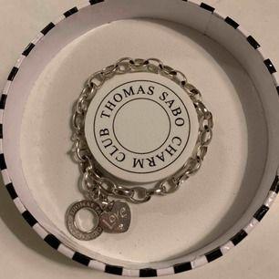 """Thomas Sabo armband i silver med tillköpt berlock. Berlocken föreställer ett hjärta som det står """"Love"""" på. Asken medföljer! Köparen står för frakten."""