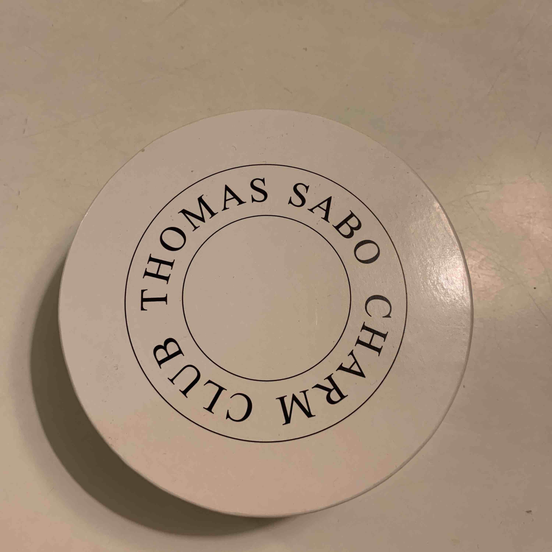 """Thomas Sabo armband i silver med tillköpt berlock. Berlocken föreställer ett hjärta som det står """"Love"""" på. Asken medföljer! Köparen står för frakten.. Accessoarer."""