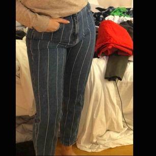 Randiga jeans i tjockt jeans tyg. Köpta i spanien, andvända fåtal gånger