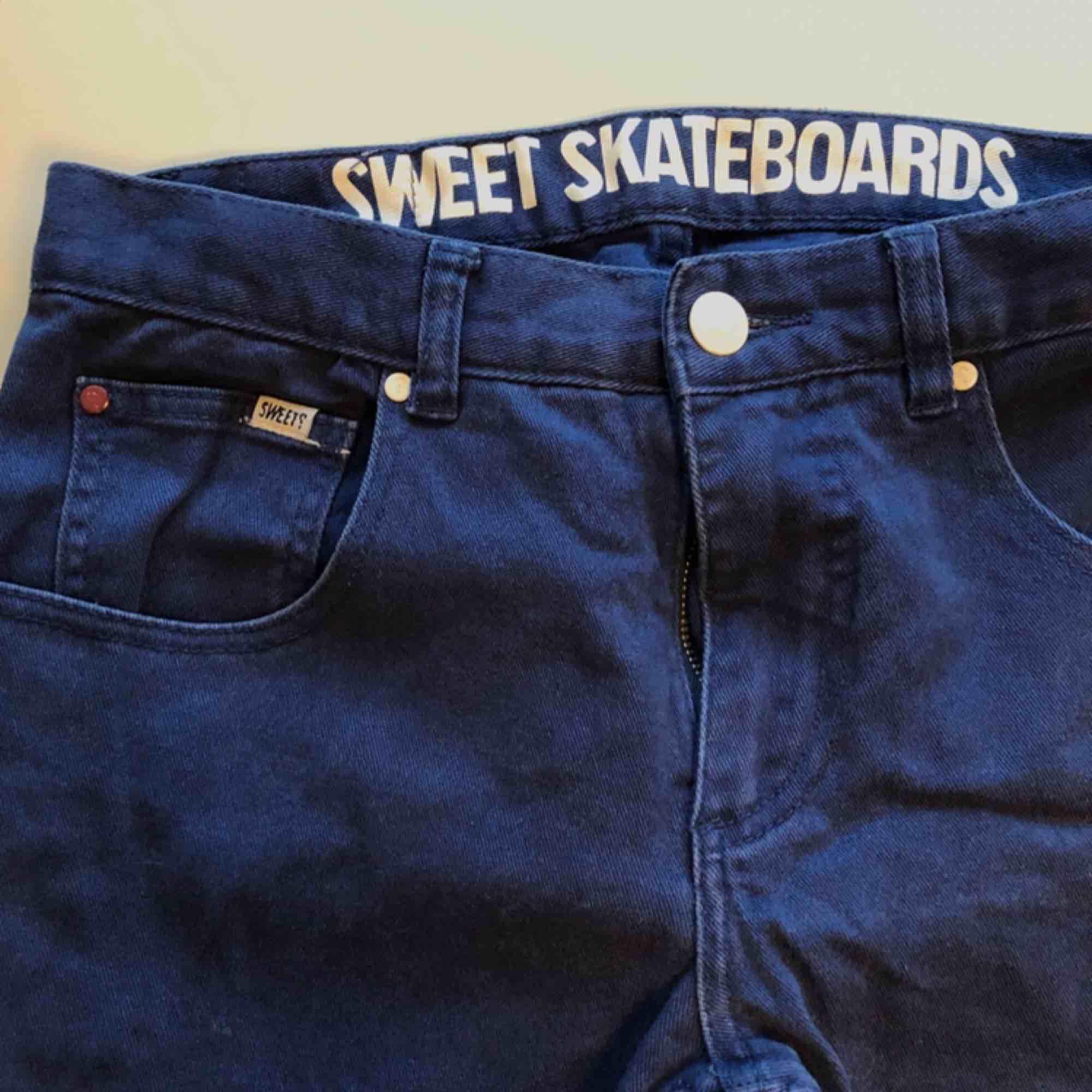 Sweet sk8 Byxor i fint skick knappt använda stl 28/32. Jeans & Byxor.