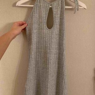 Kort ribbad klänning från Bik Bok som går ner till halva låren med cut out mellan brösten. Använd 1 gång. Frakt ingår 🤍