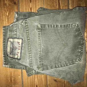 Mörkgröna svin snygg jeans från 80-talet, dom är tyvärr för korta för mig så har inte används på ett tag (jag är ca 170cm)