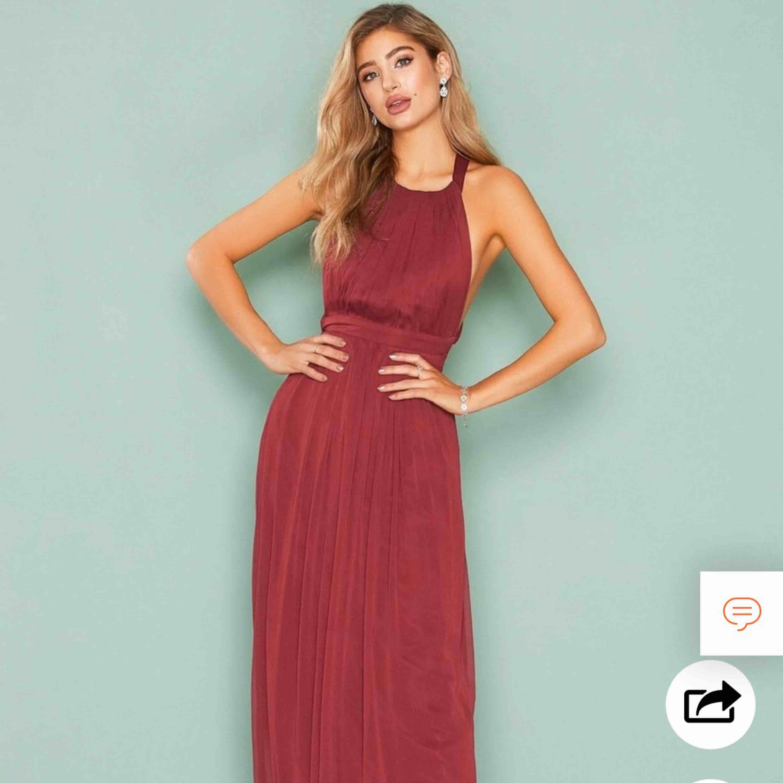 Säljer min fina balklänning då jag troligtvis inte kommer att få användning för den igen. Använd vid 1 tillfälle. Den har den finaste vinröda färgen och är reglerbar i midja och ryggen. Visar lite sideboob. Passar 38-36 och kanske till och med 34. . Klänningar.