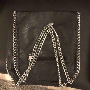 En fin läderimitations handväska med kedjor! Aldrig använd bara blivit liggandes😇